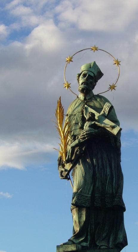 Statue de Jean Nepomucène, pont Charles, Prague (République tchèque). Photo de Lenka Nebeska sous Licence CC BY 2.0